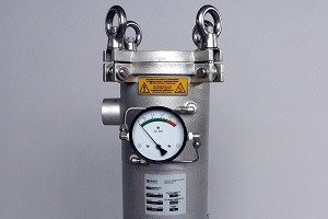 Filter housing with pressure gauge